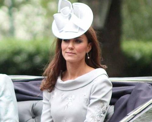 Herzogin Catherine mit weißem Fascinator