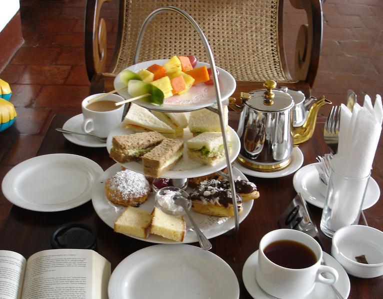Zum Tee gedeckter Tisch