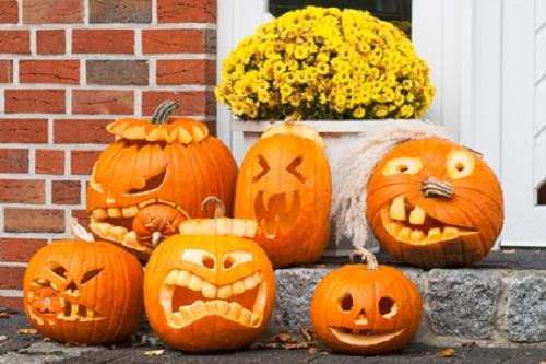 Geschnitzte Kürbis-Gesichter zu Halloween