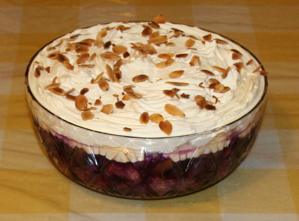 Trifle mit Garnitur aus gehobelten Mandeln