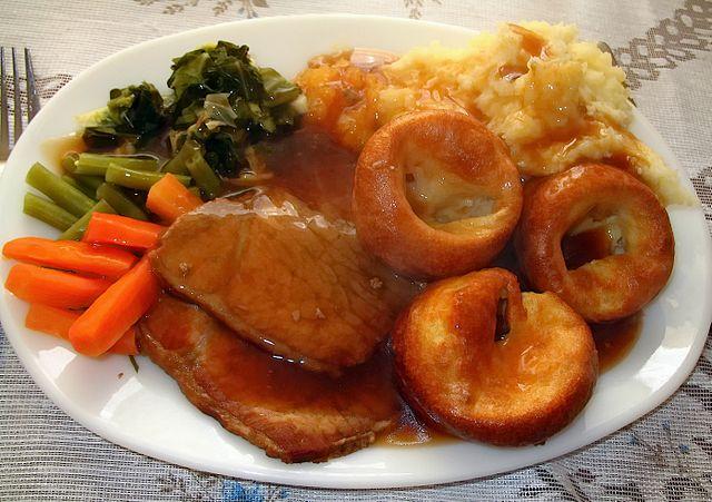 Braten mit Gemüse und Yorkshire Pudding