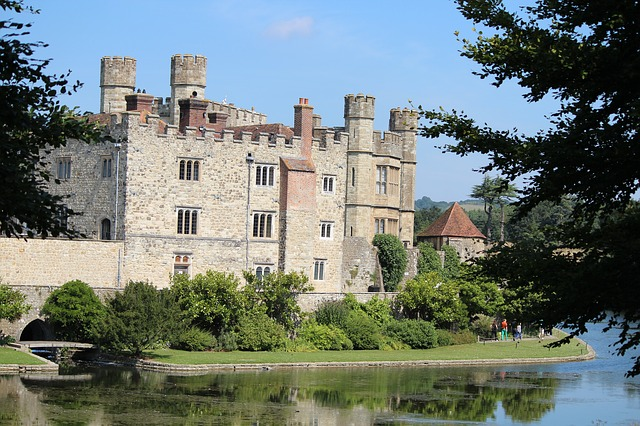 moated-castle-284716_640